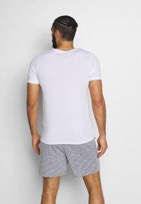 Jack & Jones Performance - JCOZSS TEE SLIM FIT 2 PACK - Basic T-shirt - white/black - 2