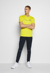 Jack & Jones Performance - JCOZSS PERFORMANCE TEE - Print T-shirt - sulphur spring - 1