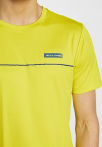 Jack & Jones Performance - JCOZSS PERFORMANCE TEE - Print T-shirt - sulphur spring - 4