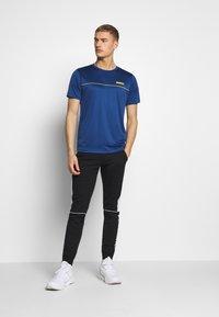 Jack & Jones - JCOZSS PERFORMANCE TEE - Print T-shirt - navy peony - 1
