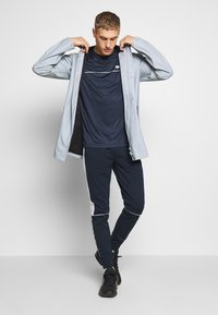 Jack & Jones Performance - JCOZSS PERFORMANCE TEE - Triko s potiskem - sky captain - 1