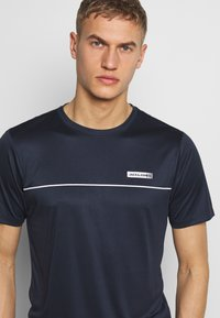 Jack & Jones Performance - JCOZSS PERFORMANCE TEE - Triko s potiskem - sky captain - 4