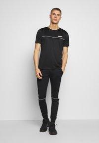Jack & Jones Performance - JCOZSS PERFORMANCE TEE - Print T-shirt - black - 1