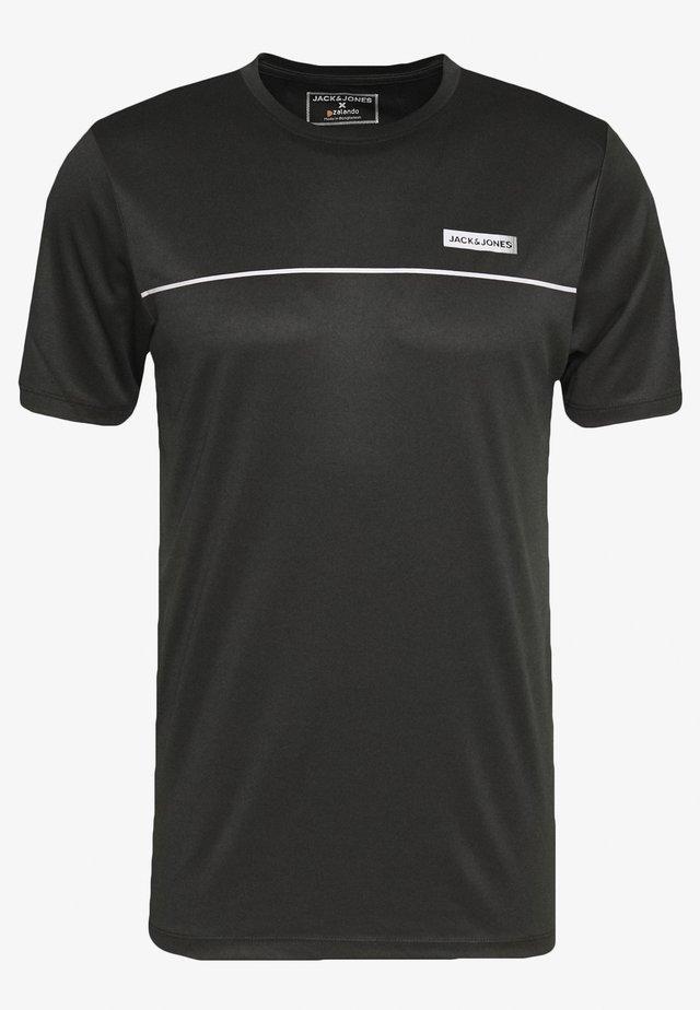 JCOZSS PERFORMANCE TEE - T-shirts med print - black