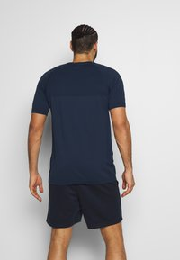 Jack & Jones Performance - JCOZSS SEAMLESS TEE - Jednoduché triko - sky captain - 2
