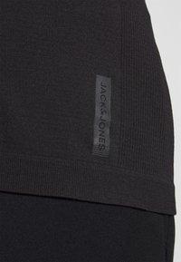 Jack & Jones Performance - JCOZSS SEAMLESS TEE - Basic T-shirt - black - 4