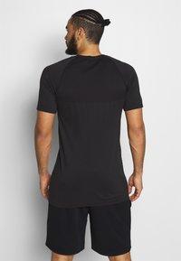 Jack & Jones Performance - JCOZSS SEAMLESS TEE - Basic T-shirt - black - 2