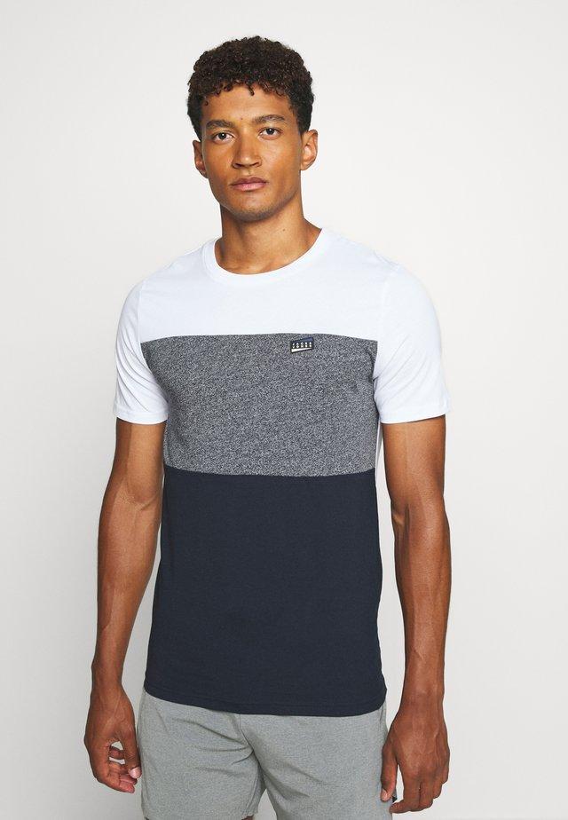 JCOCHASE TEE CREW NECK - T-shirt z nadrukiem - white