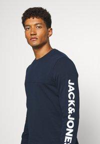 Jack & Jones - JCOMITCH CREW NECK - Mikina - navy blazer - 3