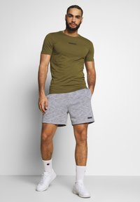 Jack & Jones Performance - JJIZSWEAT SHORT - Sports shorts - light grey melange - 1