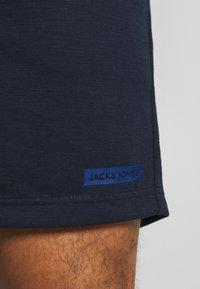 Jack & Jones Performance - JJIZSWEAT SHORT - Sports shorts - sky captain - 5