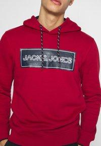 Jack & Jones - JCOTRISTAN HOOD - Hoodie - rio red - 5