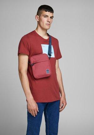 CHRISTIAN  - Across body bag - brick red