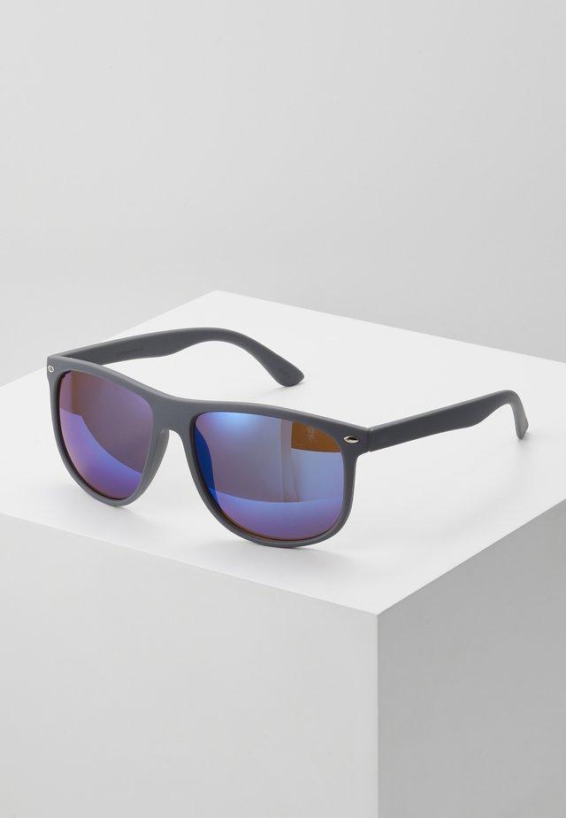 JACMAVERICK SUNGLASSES - Aurinkolasit - grey/blue