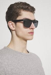 Jack & Jones - JACMAVERICK SUNGLASSES - Zonnebril - black bean - 1