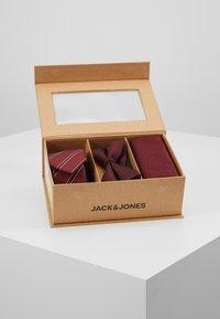 Jack & Jones - JACNECKTIE GIFT BOX - Kapesník do obleku - port royale - 2