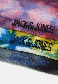 Jack & Jones - JACTHAI DYE TENNIS SOCK 3 PACK - Ponožky - black/diva pink/yolk yellow - 1