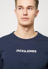 Jack & Jones - JACLOUNGE TEE - Pyjamashirt - navy blazer - 4