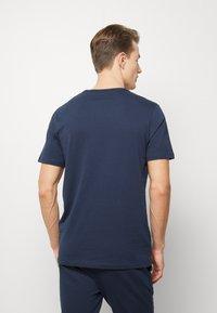 Jack & Jones - JACLOUNGE TEE - Pyjamashirt - navy blazer - 2