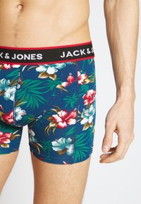 Jack & Jones - JACFLOWER TRUNKS 3 PACK - Shorty - black/bardaboes cherry/maritime blue - 4