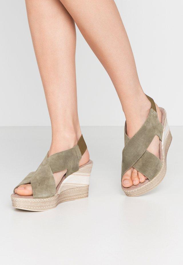 Sandały na obcasie - khaki