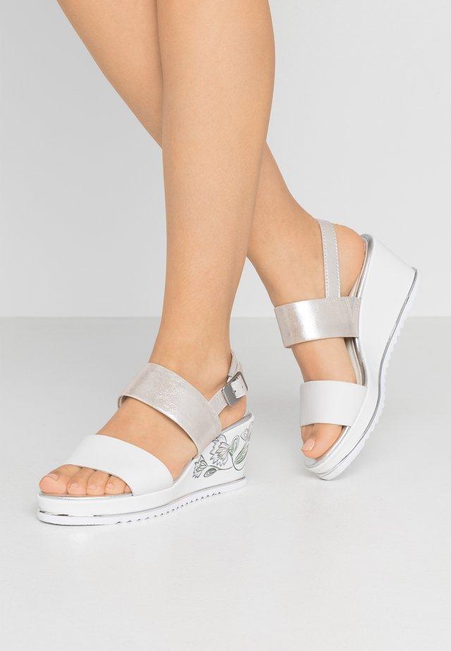 Korkeakorkoiset sandaalit - white/silver