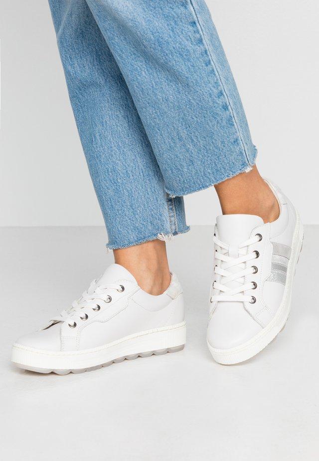 Sneakers - white met stru