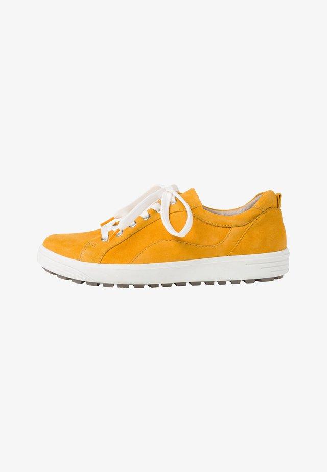 Sneakers - saffron suede