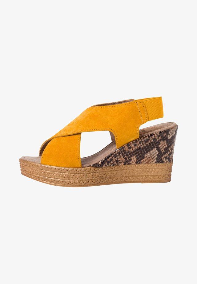 Sandały na obcasie - saffron