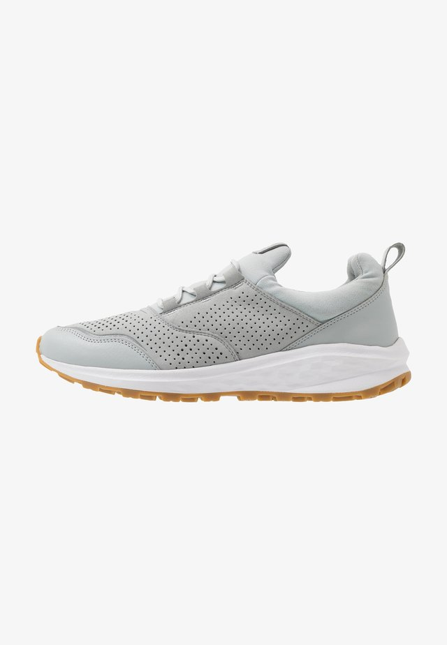 COOGEE XT LOW - Zapatillas de senderismo - light grey/white