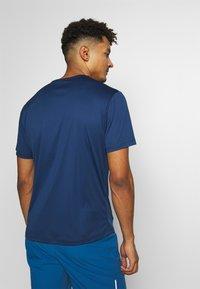 Jack Wolfskin - PEAK GRAPHIC - T-shirt z nadrukiem - dark indigo - 2