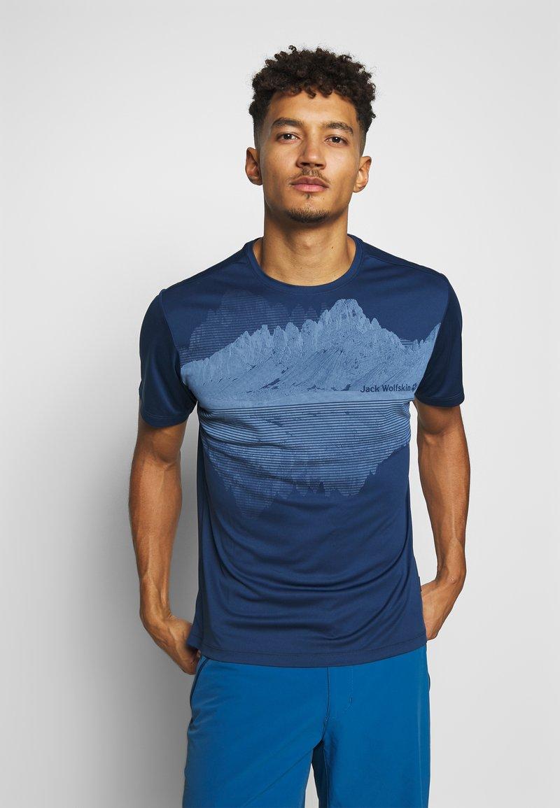 Jack Wolfskin - PEAK GRAPHIC - T-shirt z nadrukiem - dark indigo