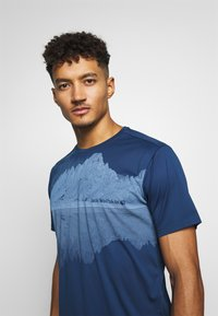 Jack Wolfskin - PEAK GRAPHIC - T-shirt z nadrukiem - dark indigo - 3