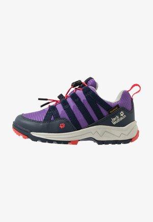 THUNDERBOLT TEXAPORE LOW  - Zapatillas de senderismo - purple/dark blue