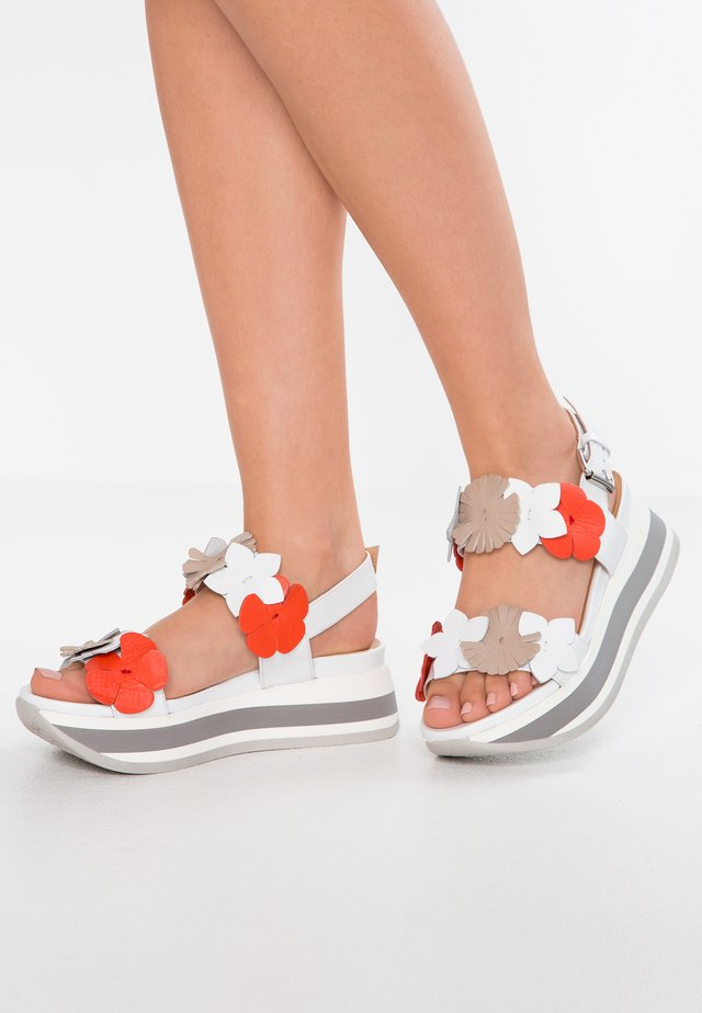 Sandales à plateforme - bianco/geranio/safari