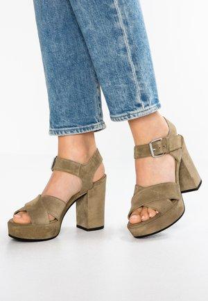 Sandály na vysokém podpatku - kaky