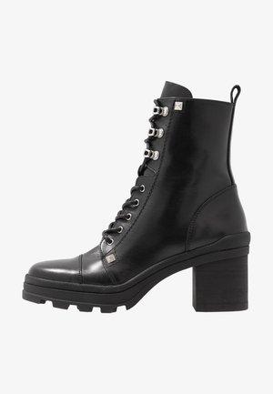 Kotníkové boty na platformě - amanda nero