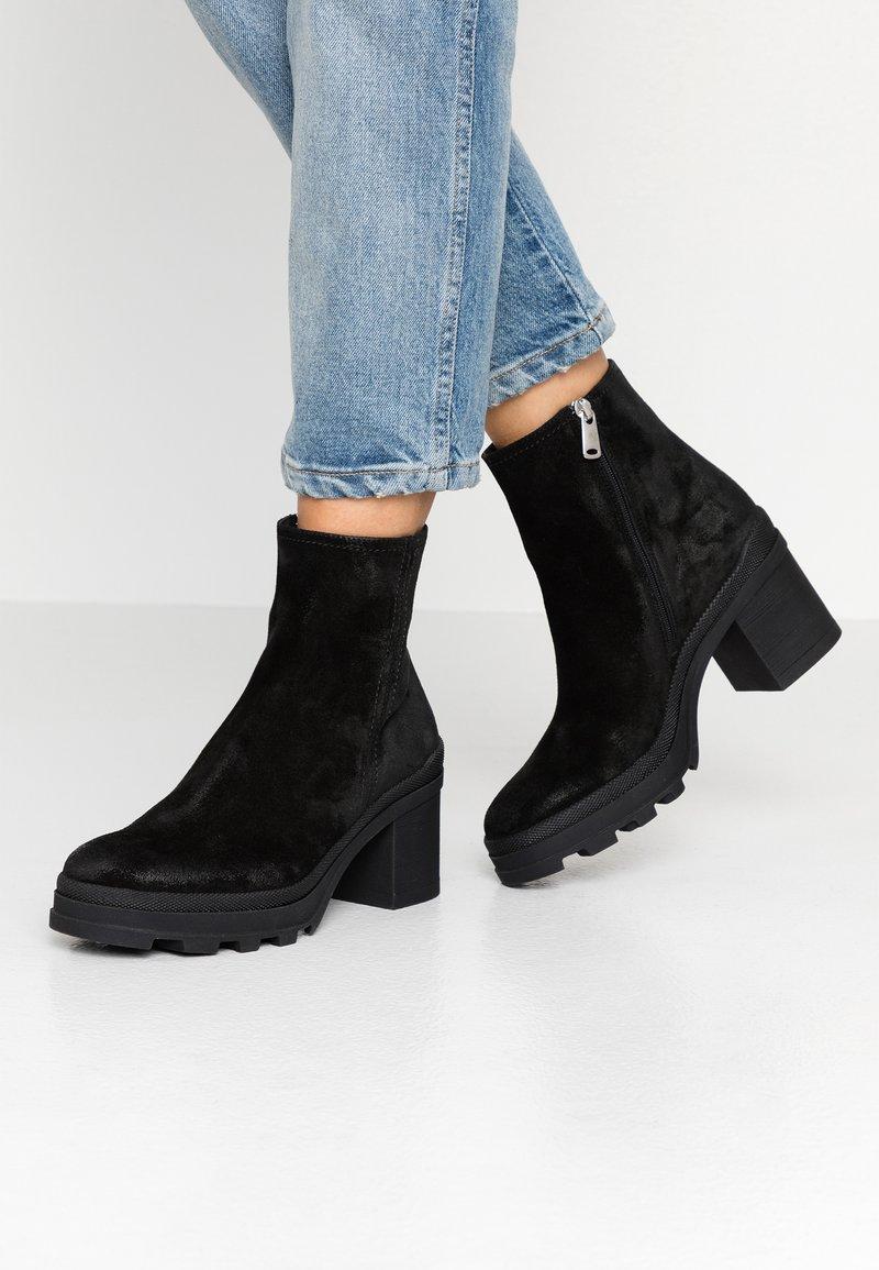 Janet Sport - Kotníkové boty na platformě - diana nero
