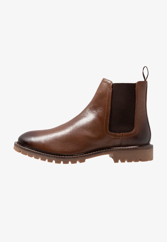 CHELSEA BOOT STANDARD FIT - Stövletter - brown