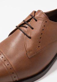 JDWILLIAMS - TOE CAP DERBY SHOE EXTRA WIDE - Business sko - tan - 5