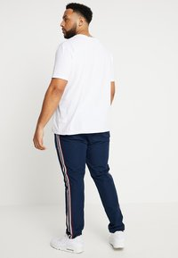Jacamo - SIDE TAPE TROUSER PLUS SIZE - Tygbyxor - navy - 2