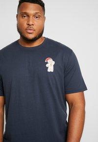Jack´s Sportswear - CHRISTMAS APPLICATION TEE  - T-shirts print - navy - 4