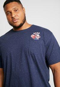 Jack´s Sportswear - CHEEKY POCKET TEE - Print T-shirt - navy mix - 3