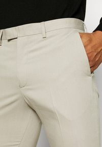 Jack & Jones PREMIUM - JPRVINCENT TROUSER - Pantaloni eleganti - beige - 3