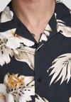 Jack & Jones PREMIUM - KLASSISCHES HAWAII - Skjorter - black