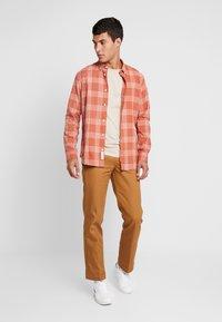 Jack & Jones PREMIUM - Overhemd - cinnamon stick - 1