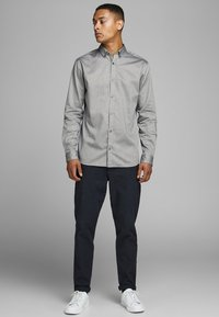 Jack & Jones PREMIUM - Camisa - grey - 1