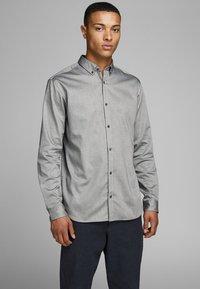 Jack & Jones PREMIUM - Camisa - grey - 0