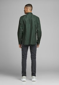 Jack & Jones PREMIUM - Koszula - dark green - 2