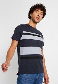 Jack & Jones PREMIUM - JPRBRANDON TEE CREW NECK - Print T-shirt - dark navy - 0